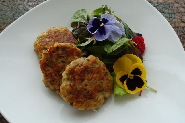 Kaspressknödel mit Salat