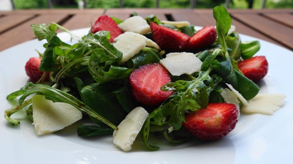 Rucola, Parmesan & Erdbeeren, ein mediterran inspirierter Sommersalat, einfach und lecker