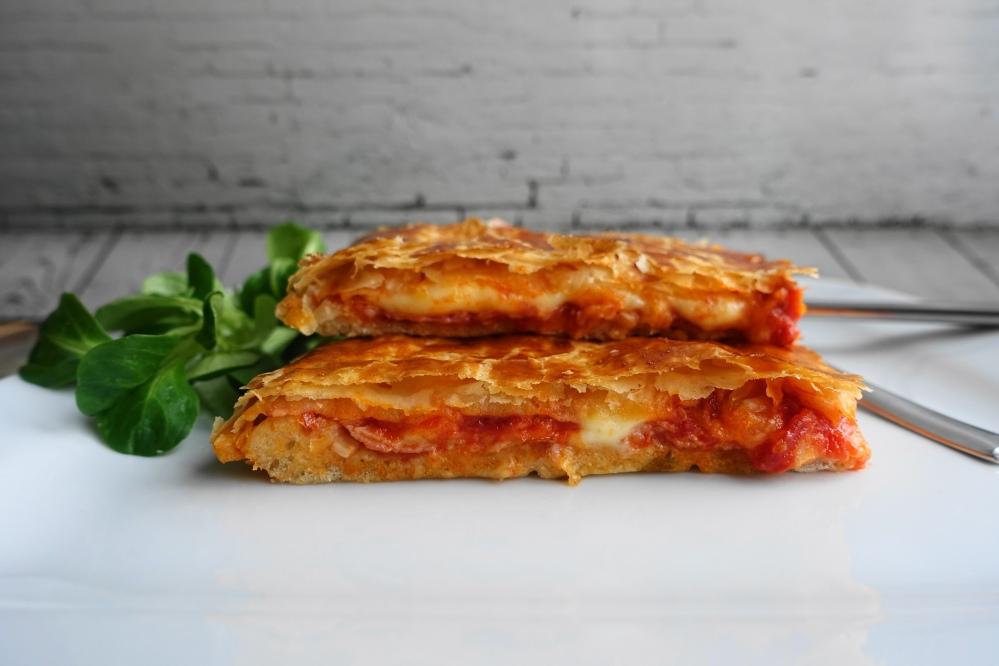 Pizza parigina, aus Neapel, Pizza mit Blätterteigdecke, eine Pizza für die Königin, mit Schinken, Käse und Tomatensoße