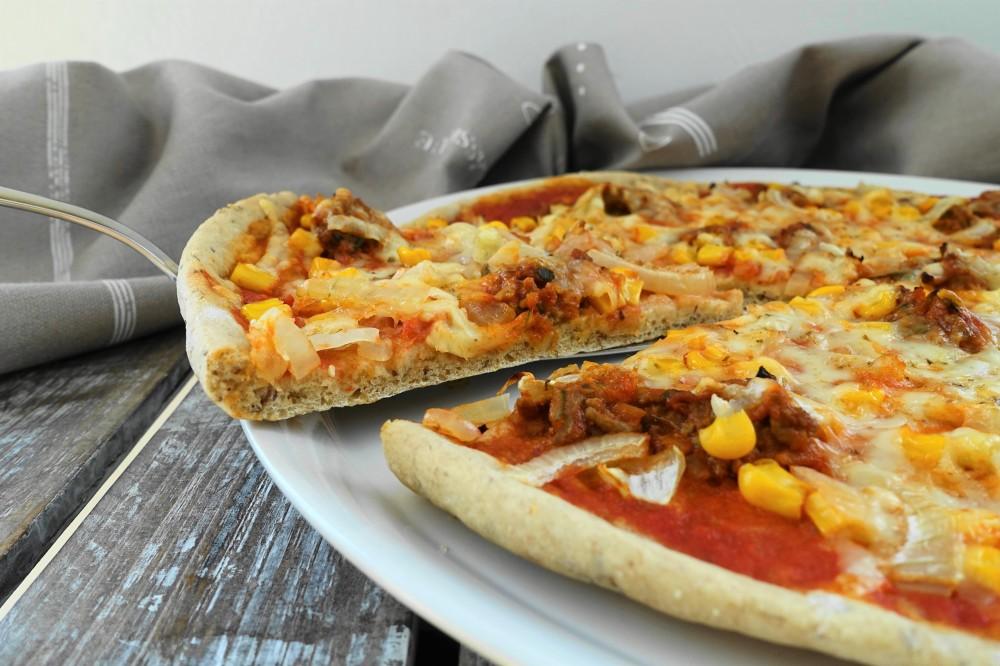 Pizza bolognese; Pizza mit Fleischsoße alla bolognese, Mais und Zwiebeln