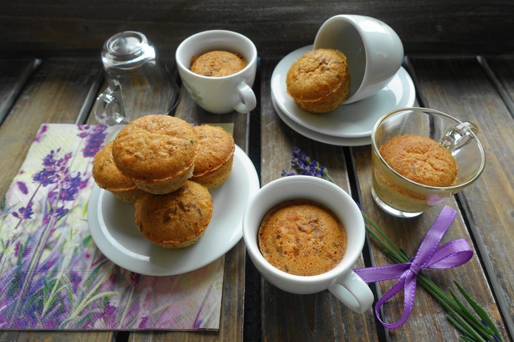 Mini Muffins mit Mandeln und Lavendelblüten in Espressotassen; dunkelviolette Lavendelblüten; Serviette mit Lavendel-Motiv