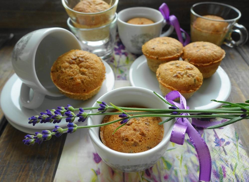 Mini Muffins in Espressotassen; Lavendelblüten, lila Schleifen, Servietten mit Lavendel