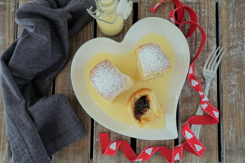 Buchteln mit Powidl und Vanillesoße; ein Rezept aus der österreichischen Mehlspeisenküche