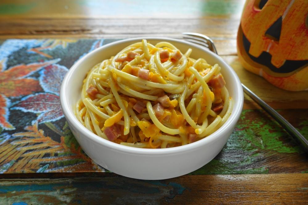 Spaghetti Carbonara mit Kürbis und Speck, herbstlich lecker, perfekt auch für Halloween!