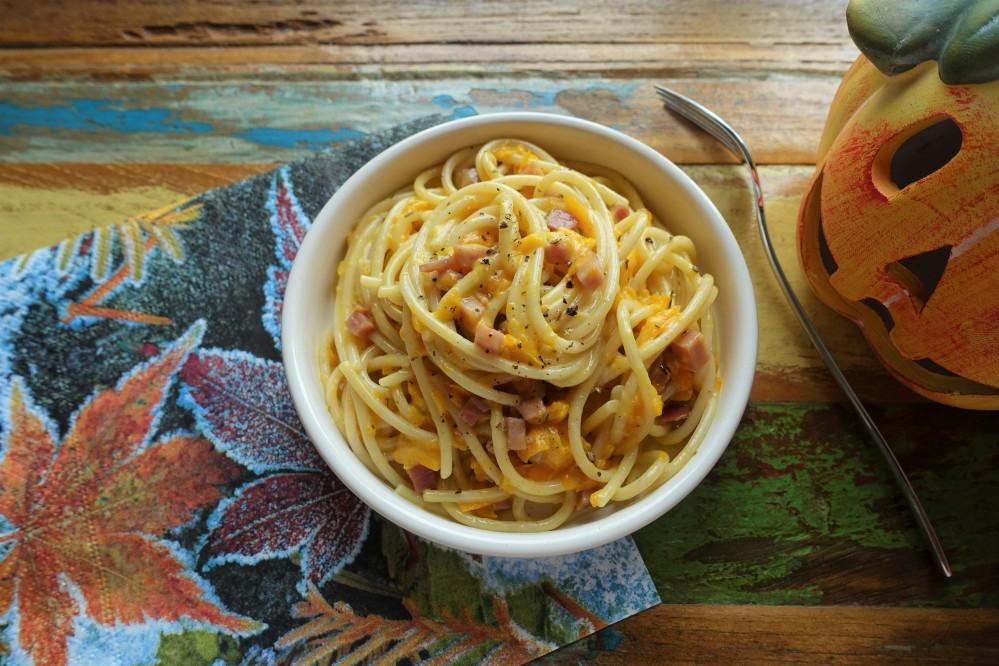 Spaghetti Carbonara mit Kürbis und Speck; herbstlich lecker! Ein italienischer Nudel-Klassiker neu interpretiert - mit Kürbis aus Österreich! Perfekt auch für Halloween!