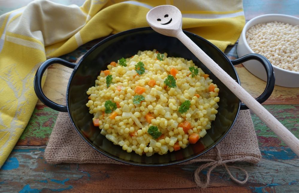 One Pot Pasta auf Sardisch: Fregola mit Fenchel, Karotten und Safran; Risottata di fregola con verdure e zafferano