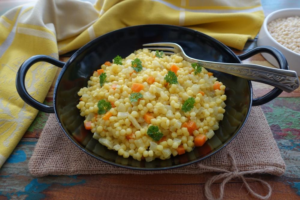 One Pot Pasta auf Sardisch: Fregola mit Fenchel, Karotten und Safran; vegetarisch; Risottata di fregola con verdure e zafferano