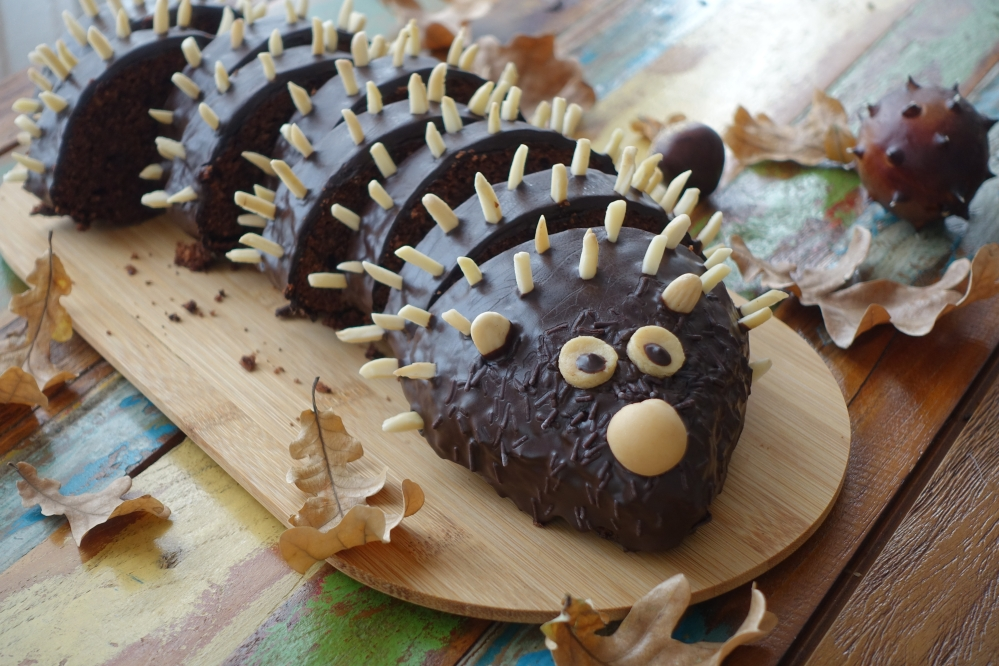 Kuchenigel, süßer Rehrücken, gespickt mit Mandelstiften; Herbst, Blätter, Kastanien