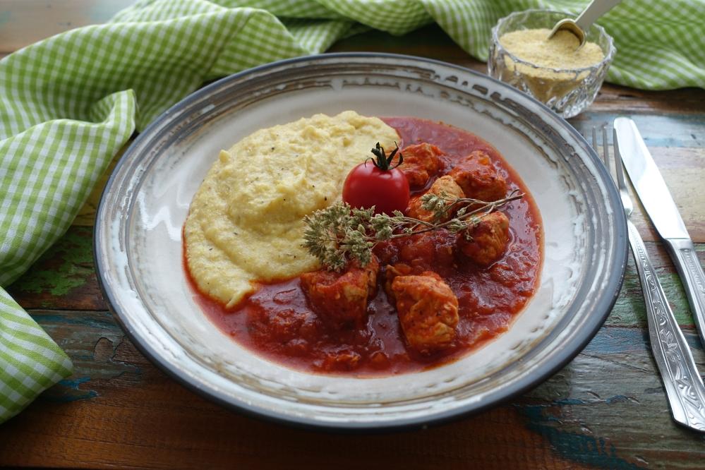 italienisch kochen, Fleisch in Tomatensoße mit Origano und als Beilage Kalterer Plent, Polenta, Maisgrieß aus Südtirol; rustikal, traditionell, köstlich