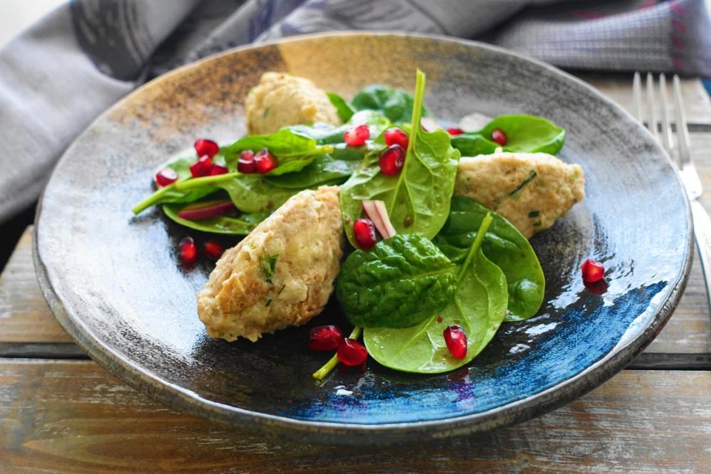 Steinpilznocken mit Spinatsalat und Granatapfelkernen; ein Rezept aus Südtirol mit orientalischen Akzenten; Resteverwertung; clevere Verwertung von altbackenem Brot