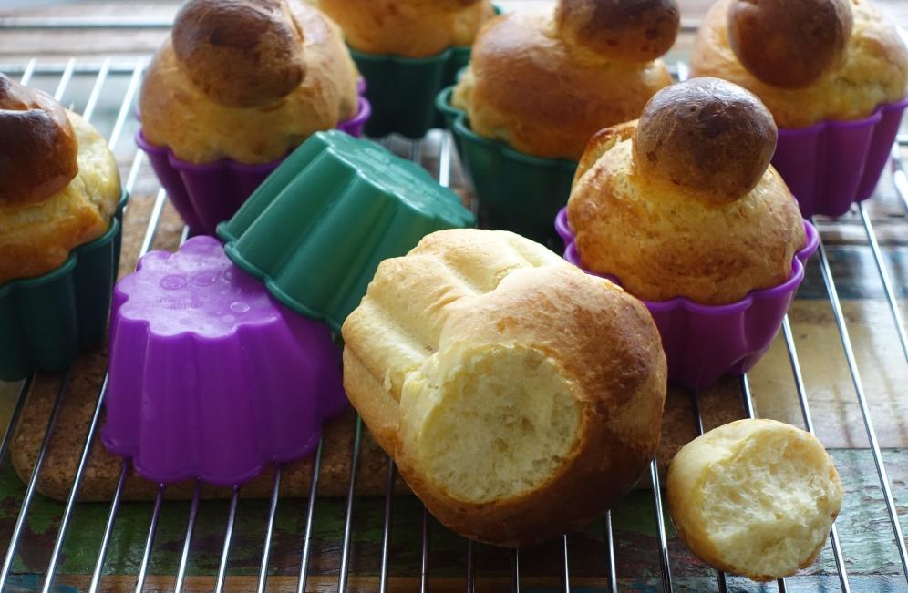 Frühstück auf Französisch mit Mini-Brioches à tête
