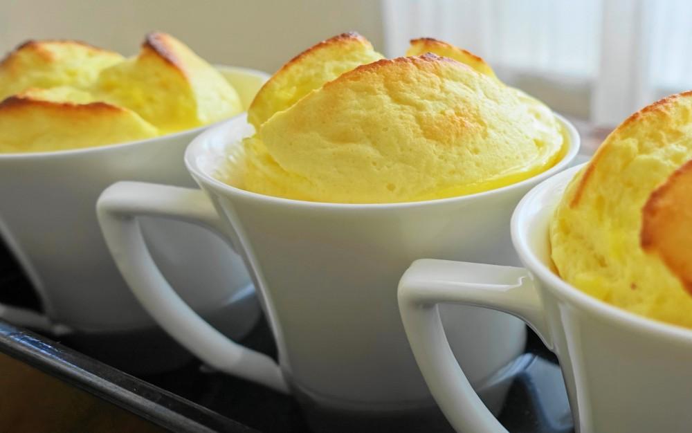 Soufflé, luftig, weich, fluffig, köstlich; Topfensoufflé, leckere Nachspeise mit Quark, fromage blanc