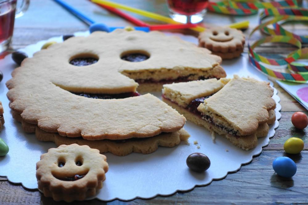 Partyrenner für Groß und Klein: Linzer Smileys in XL und S, kreativ backen für Kinder, vegetarisch, Mürbteig, Riesenkeks mit Marmelade/Konfitüre