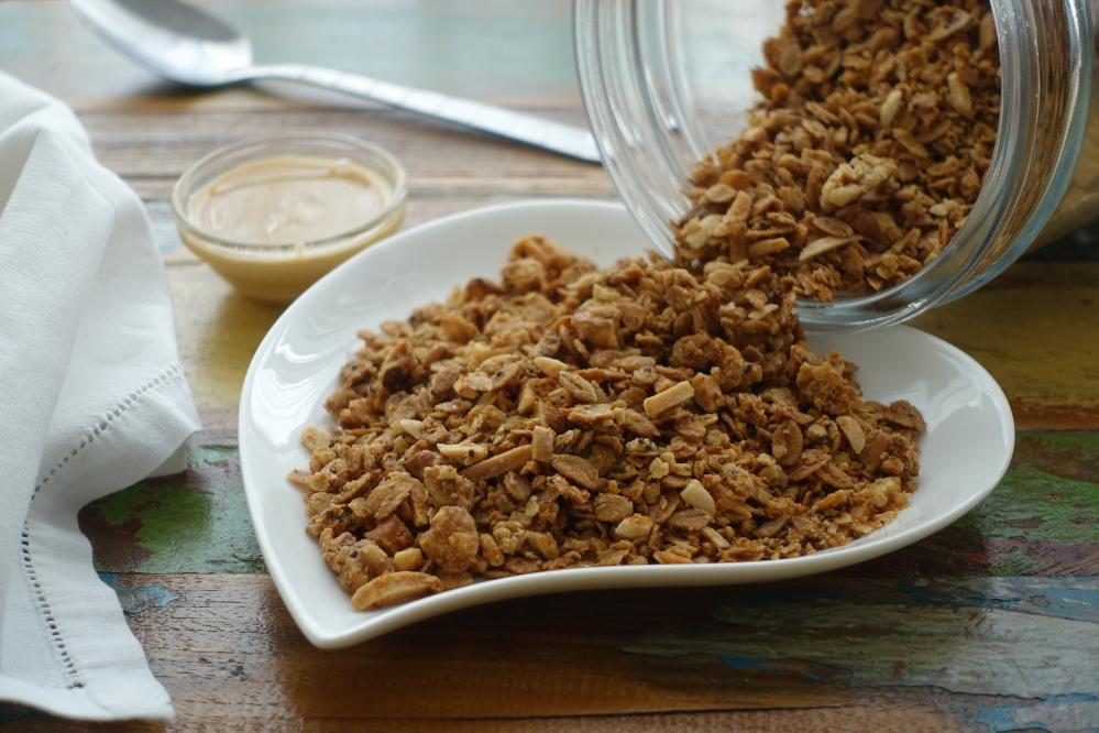 Frühstück, Knuspermüsli, Granola mit Walnüssen, Mandeln und Erdnussmus, selbst gemacht, lecker und gesund, Superfood, Chiasamen, DIY