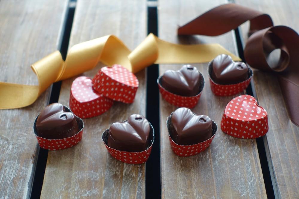Pralinen selbst gemacht, homemade, Schokoherzen mit Dulce de leche gefüllt, DIY für den Valentinstag, Geschenkidee, Geschenke aus der Küche