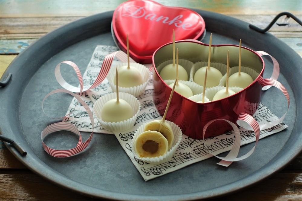Süßes zum Valentinstag, Geschenke aus der Küche, selbst gemachte Pralinen, weiße Mozartkugeln, Nougat, Marzipan, Orange, lecker, kraetin, DIY, made with love by linzersmileys.com