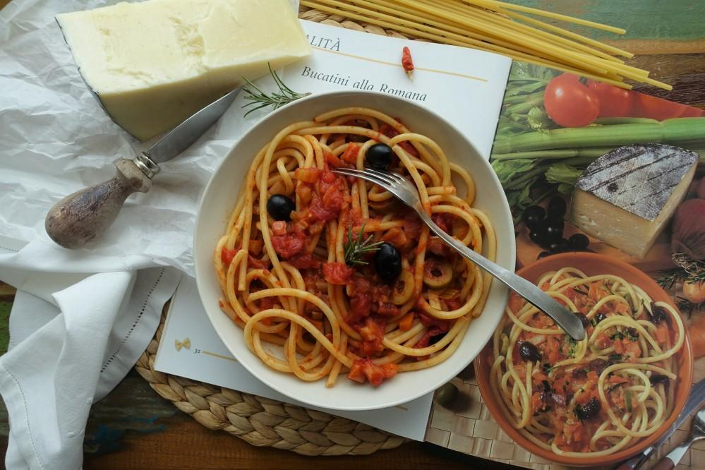 italienisch kochen, mediterrane Küche, Bucatini, Tomaten, Oliven, Rosmarin; buon appetito!