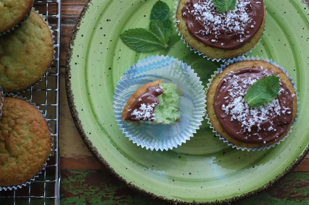 Muffins mit frischer Minze, Kokos und Nuss-Nougat-Creme, Nutella - Easy Baking - lecker und einfach backen - mit Gelinggarantie; Partyrezepte; gewagte Kombination, außergewöhnlich