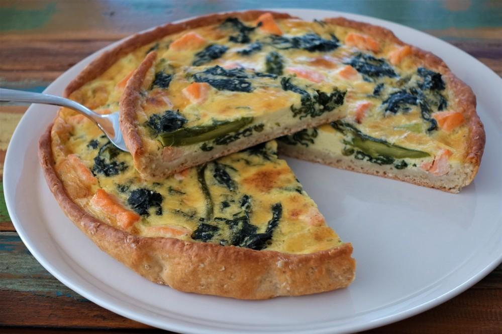 Picknick im Grünen, Quiche, torta salata, herzhafte Torte mit Lachs und Frühlingsgemüse, Lunch to go, Resteverwertung de luxe, französisch backen, nachhaltig kochen