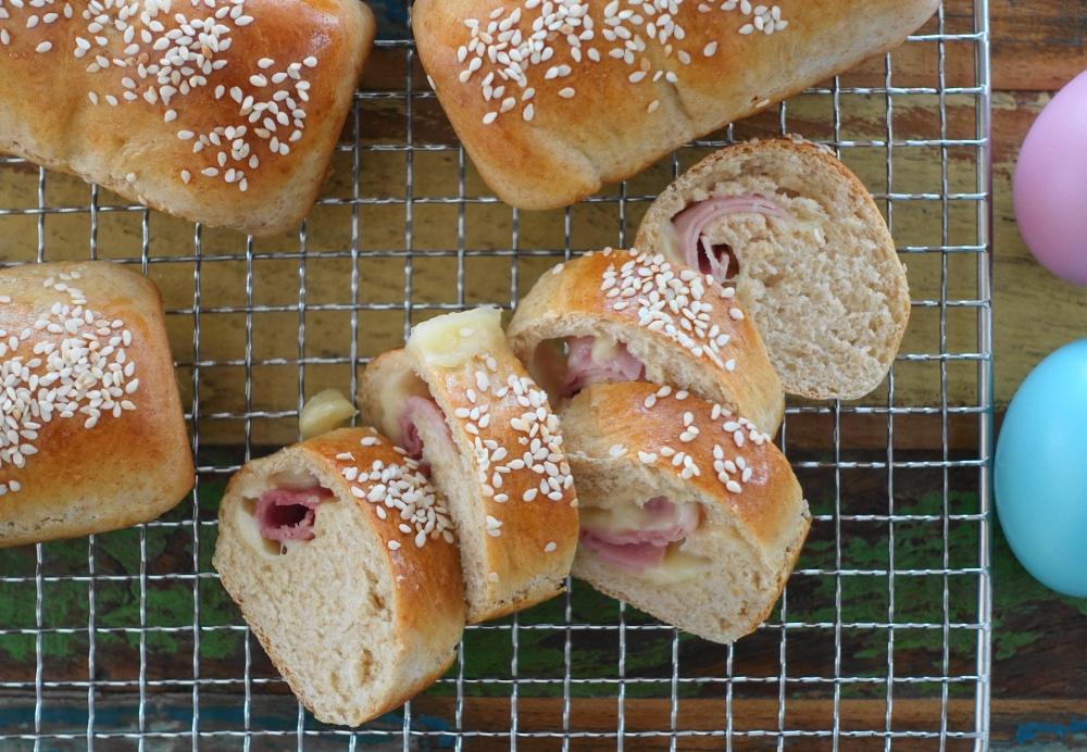 selbst gebackene Dinkelbrötchen, mit Schinken und Käse gefüllt; perfekt für jede Party oder ein Picknick im Grünen
