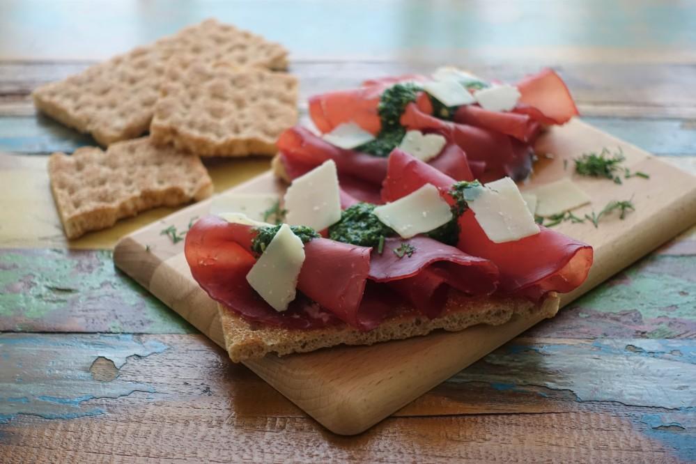 Ein nordisch-mediterraner Snack, der richtig gut schmeckt: Knäckebrot, Bresaola, Dill-Pesto und Parmesan; eine Rezeptidee von Daniela Terenzi vom Blog linzersmileys.com