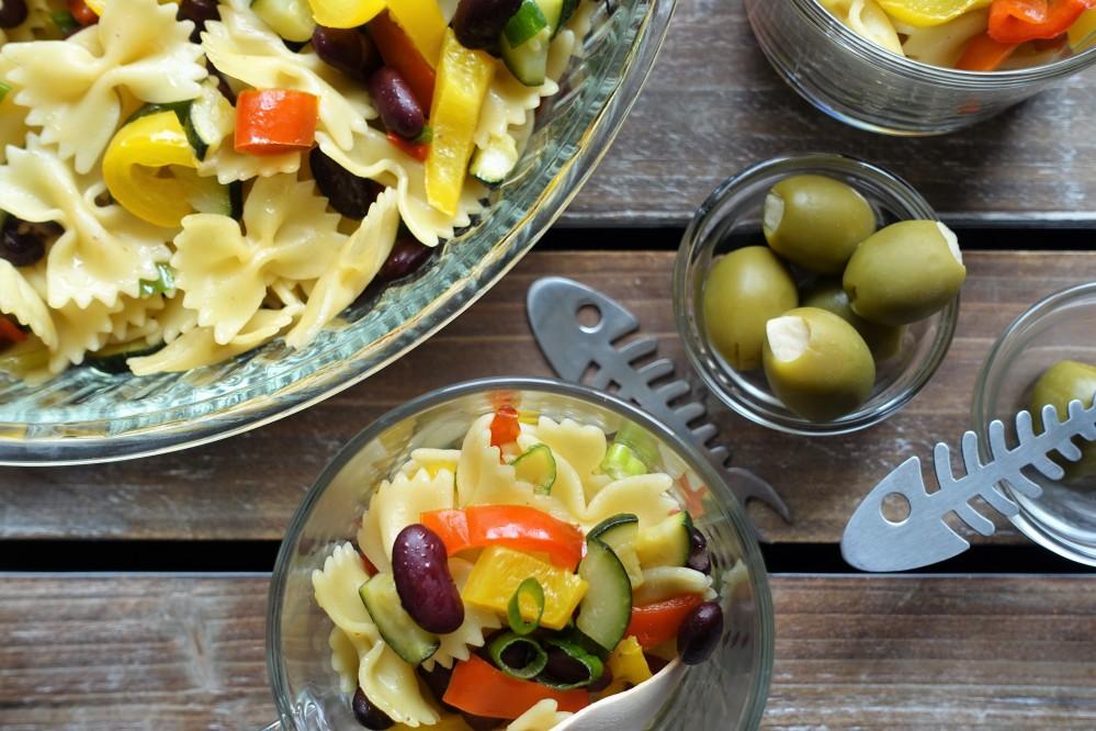 Pasta fredda, fagioli e verdure estive - kalte Nudeln mit Bohnen und gebratenem Sommergemüse - perfekt für den Sommer - Picknick im Grünen - italienisch kochen für unterwegs - Rezept von linzersmileys.com
