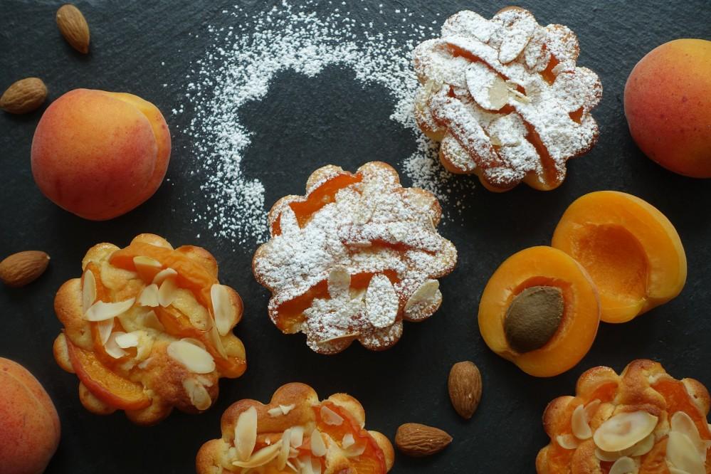 Muffins mit Marillen/Aprikosen, fruchtig, saftig, flaumig, fein säuerlich und nicht zu süß; Teig mit Joghurt, backen im Sommer