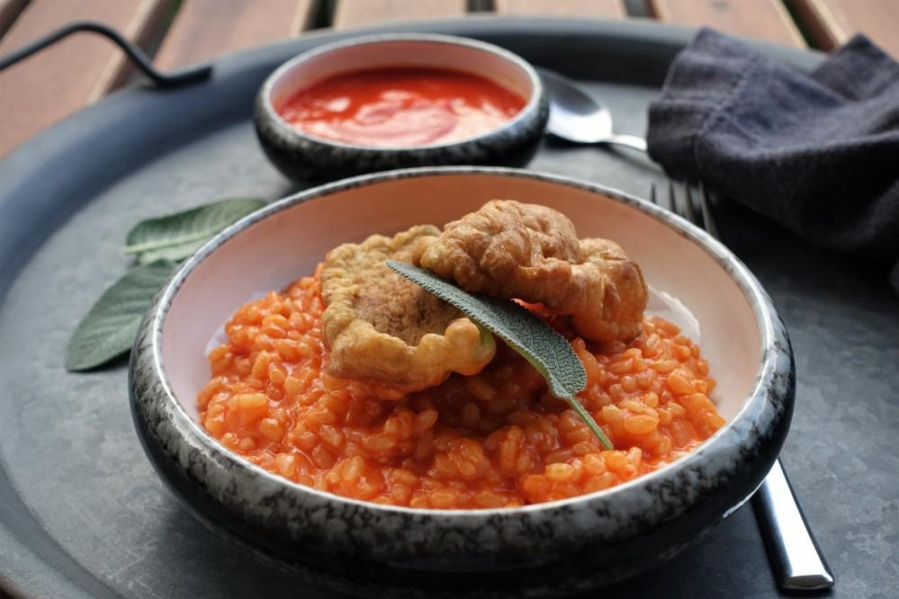 Risotto mit roter Paprikacreme, italienisch kochen im Sommer, lecker, köstlich, farbenprächtig, ein Gericht für wahre Feinschmecker, frittierte Salbeiblätter - nicht nur köstlich zum Aperitif! Rezept von linzersmileys.com