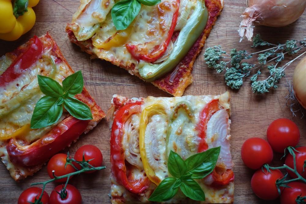 glutenfrei backen, vegetarisch, gesund, lecker, Hirsepizza mit Gemüse, Tomatensoße, Paprika tricolore, Zwiebeln, Käse, echt köstlicher Pizza-Genuss für (fast) jeden Geschmack! Rezept von Daniela Terenzi vom Blog www.linzersmileys.com