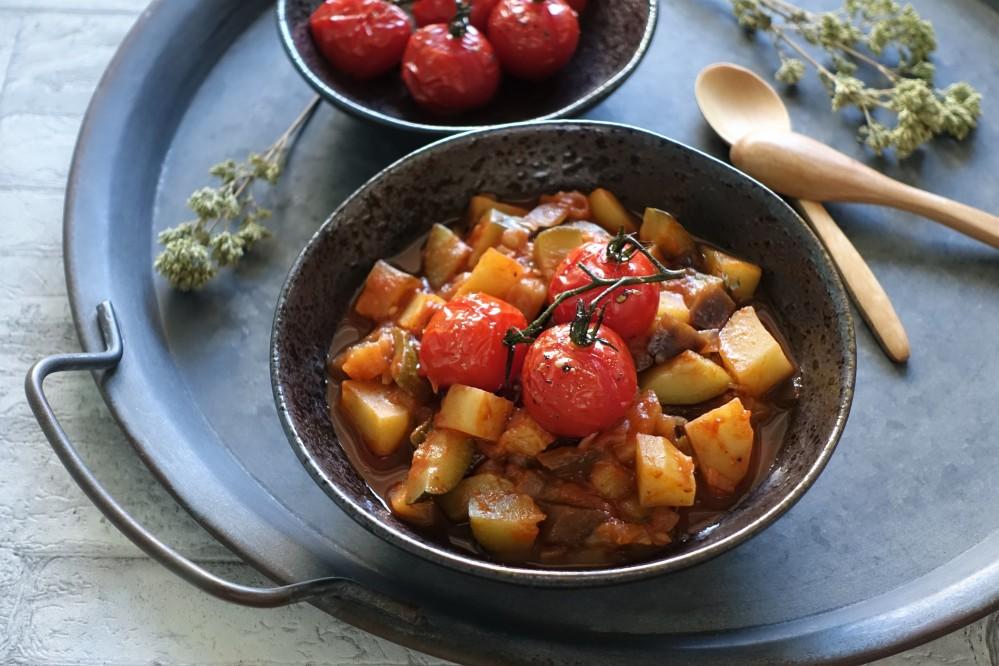 griechisch kochen, vegan mediterran, Sommerküche mit Gemüse, kreativ und lecker, Melanzani/Auberginen, Zucchini, Kartoffeln, Zwiebeln, Knoblauch und Tomaten - vereint in einem Eintopf à la linzersmileys