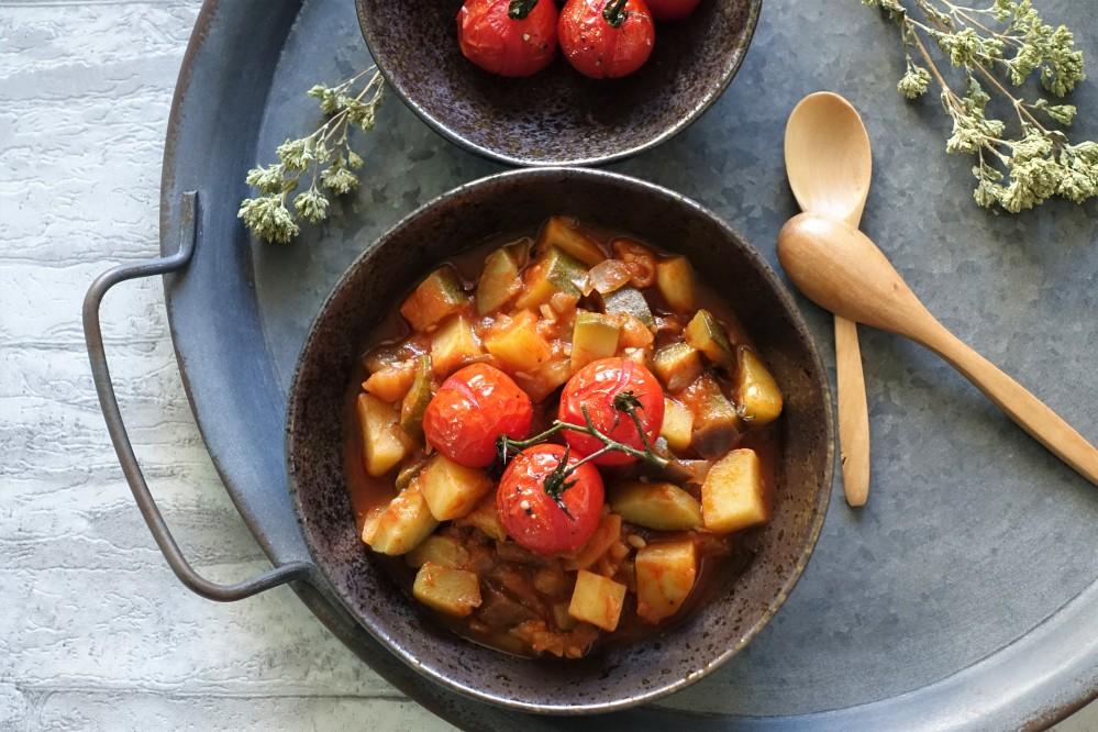 griechisch kochen, vegan mediterran, Sommerküche mit Gemüse, kreativ und lecker, Melanzani/Auberginen, Zucchini, Kartoffeln, Zwiebeln, Knoblauch und Tomaten - vereint in einem Eintopf à la linzersmileys, Briam