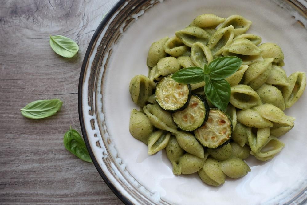 italienisch kochen im Sommer - Pasta con crema di zucchine e basilico - Nudeln in cremiger Zucchini-Basilikum-Soße, köstlich, vegan, mediterran, leichter Sommergenuss auf Italienisch