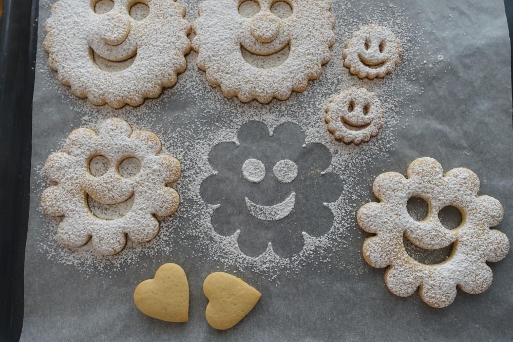 Süße Spitzbuben, Linzer Smileys in Large, Mürbteigkekse mit Marmelade gefüllt, lustige Lachgesichter mit und ohne Näschen, sympathisch, backen für Kinder, essbare Smileys, die gute Laune versprühen, ein kulinarisches Mitbringsel aus Südtirol :-)