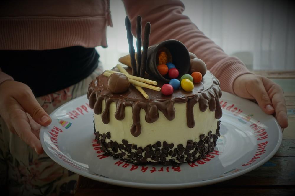 Drip Cake, tropfender Kuchen mit Frischkäse und Schokolade, Rezept von Daniela Terenzi, www.linzersmileys.com , köstlich & kreativ backen, vegetarisch, Geburtstagstorte, perfekt füt Teenies, trendy, Trendtorte
