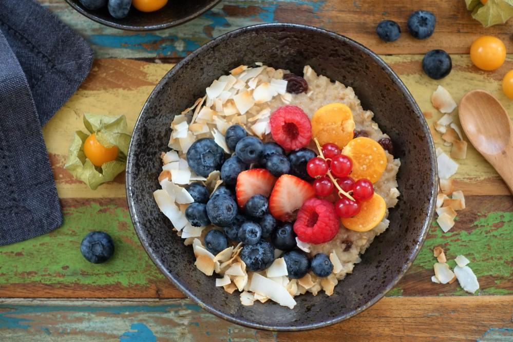 veganes Frühstück, Porridge mit Kokosdrink, Rosinen und bunten Beeren, Frühstücksbrei, bauchwärmend, lecker, stärkt das Immunsystem, perfekt in der kalten Jahreszeit