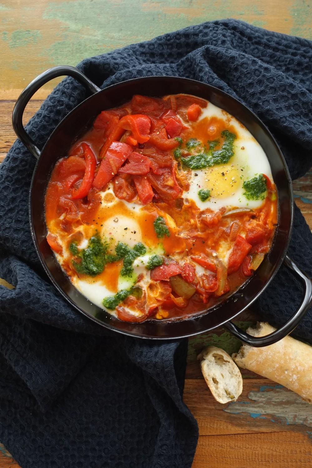 trendy, köstlich, Shakshuka, israelisch, nordafrikanisch, Frühstück, oreintalisch kochen, vegetarisch, Gemüse, Eier, mediterran, kreativ, mit Pesto