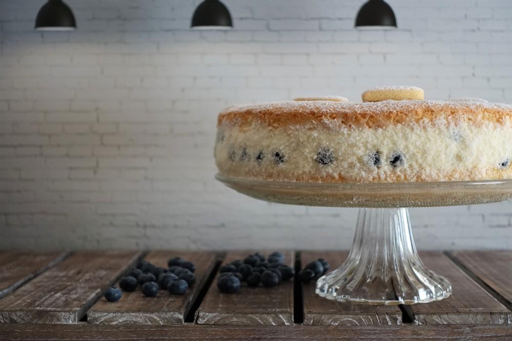 Topfenoberstorte, Käsesahnetorte, mit Heidelbeeren/Blaubeeren und Kokosbiskuit, ein Tortenklassiker als Naked Cake interpretiert; Rezept von Daniela Terenzi, linzersmileys.com, kreativ backen, modern, trendy