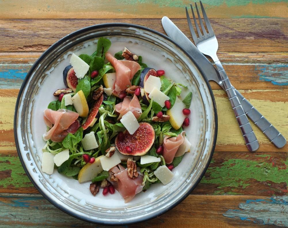 Rapunzel, Vogerlsalat, Feldsalat, herbstlich garniert, Feigen, Birnen, Granatapfel, Walnüsse, Prosciutto, Parmesan, Herbstsalat, für Feinschmecker