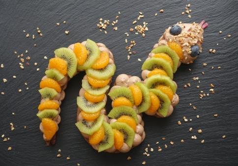 Snake Cake, Keks-Tarte in Schlangenform à la linzersmileys, Rezept von Daniela Terenzi, backen für Halloween, süße Schlange, vegetarisch, Früchte und Nüsse, Trendtorte, Number Cake mal anders, im Halloween-Style