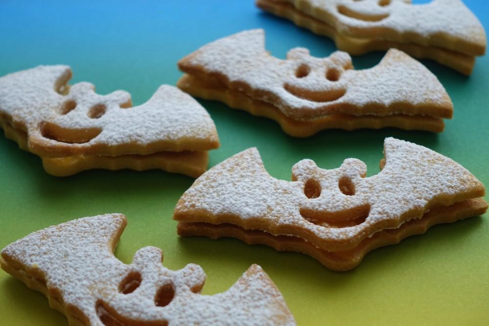 Backen für Kinder, Halloween-Party, gespenstisch, Monster, Vampir, Fledermäuse, Fledermaus-Kekse, Linzer Fledermaus Smileys, Halloween-Kekse, kreativ backen, Rezeptidee à la linzersmileys, Kekse mit Marmelade, Konfitüre