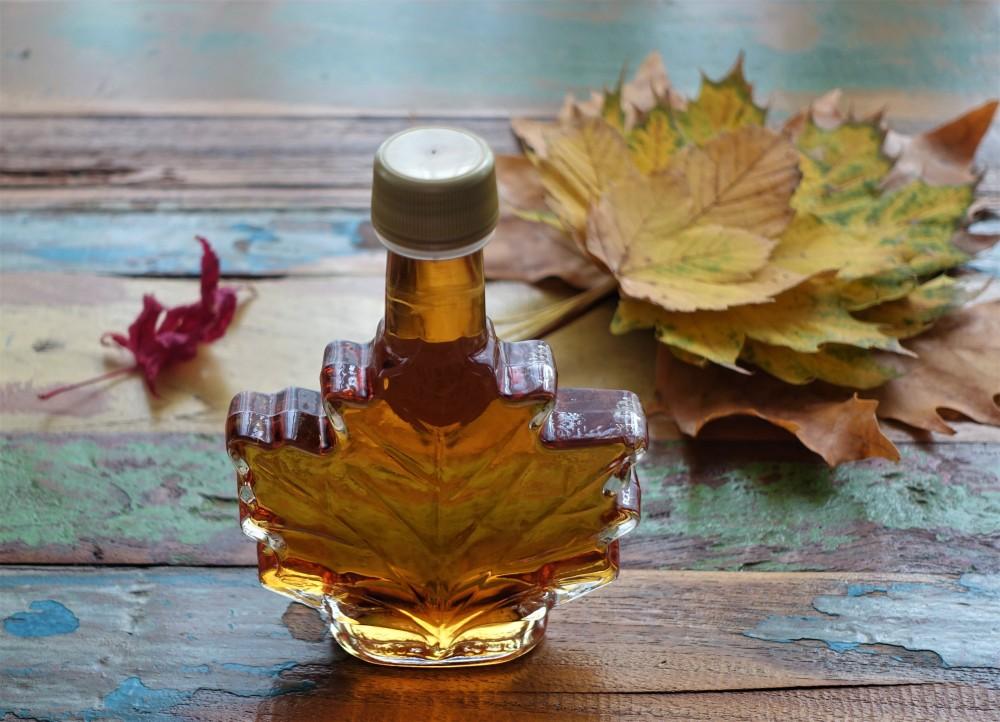 Maple Syrup, Ahornsirup, aus Kanada, weihnachtlich, würzig, duftend, herbstlich, Blätter, Ahorn, Herbst-Inspiration in der Küche, linzersmileys, Food Styling mit Blättern