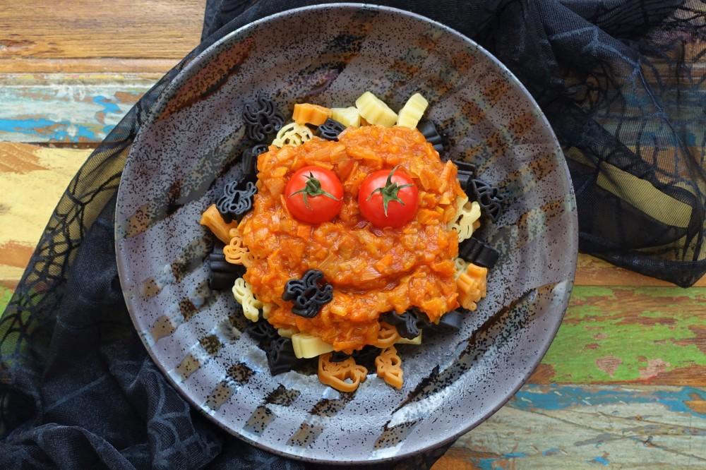 Halloween, Halloween-Pasta, gruselige Nudeln, unheimlich lecker, schaurig, köstlich, gruselig kochen, Gericht mit Gruselfaktor, perfekt für doe Halloween-Party, ein Highlight für Kinder, kochen für Teenies, linzersmileys, Kürbis, Kürbissoße, Kürbisragout