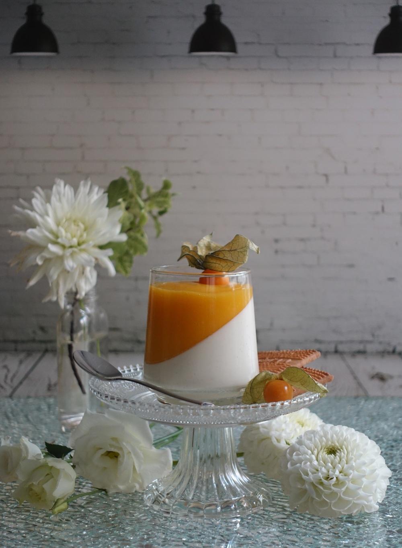 Panna cotta mit Mango-Coulis und Physalis, italienisches Kult-Dessert, mit Obst, im Glas serviert, #friendsofglass , Dessert zum Löffeln