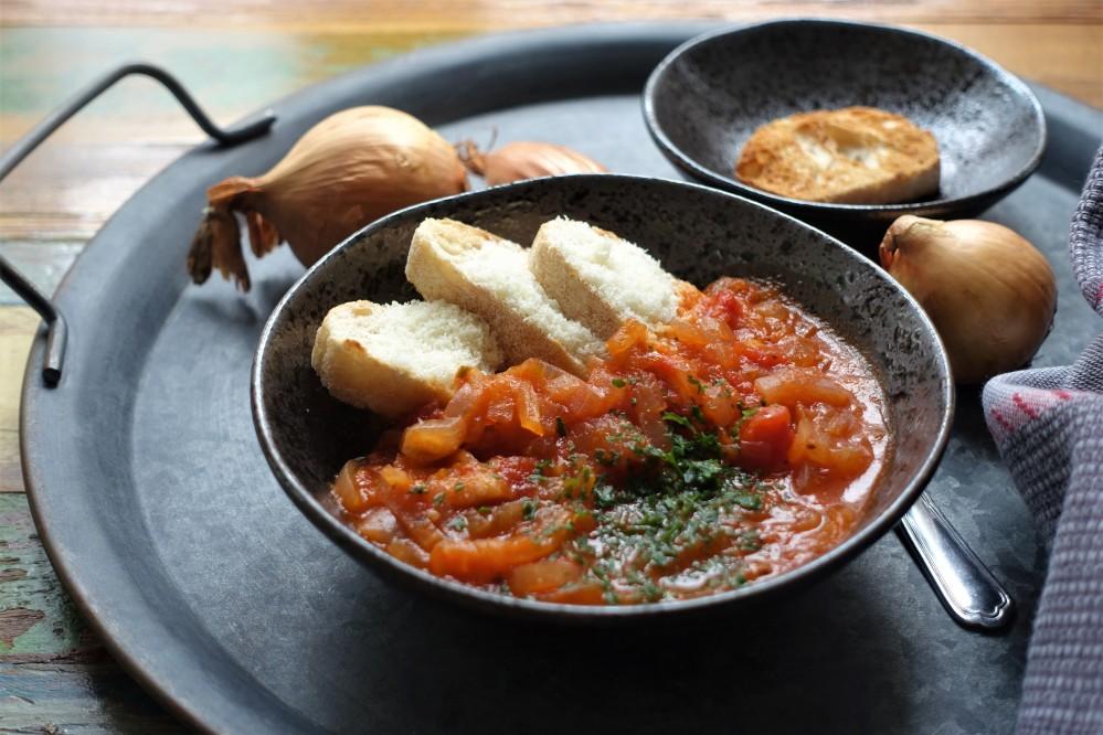 Cipollata toscana, toskanische Zwiebelsuppe, Zwiebelsuppe mit Tomaten, aus Italien, kochen wie in der Toskana, Suppenglück, bauchwärmend, Soulfood, Löffel für Löffel, seelenwärmend, Italian Onion Soup