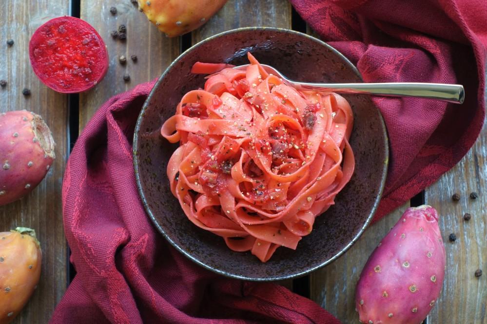 Pink Pasta, rosa Nudeln, Taglitelle, Fettuccine, Bandnudeln mit Ei, in Rosa, nicht nur für Mädels, Rezept mit Kaktusfeigen, Fichi d'India, Speck und Zwiebeln, extravagant, außergewöhnlich, italienisch