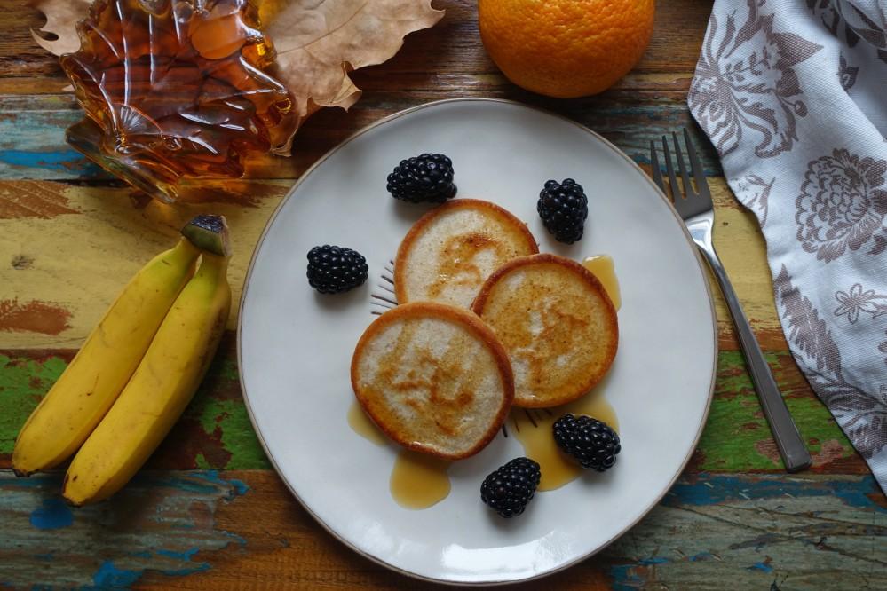 Pancakes mit Buttermilch und Dinkelmehl, Frühstück American Style, mit Ahornsirup und Früchten, Pfannküchlein, Amerikanische Pfannkuchen
