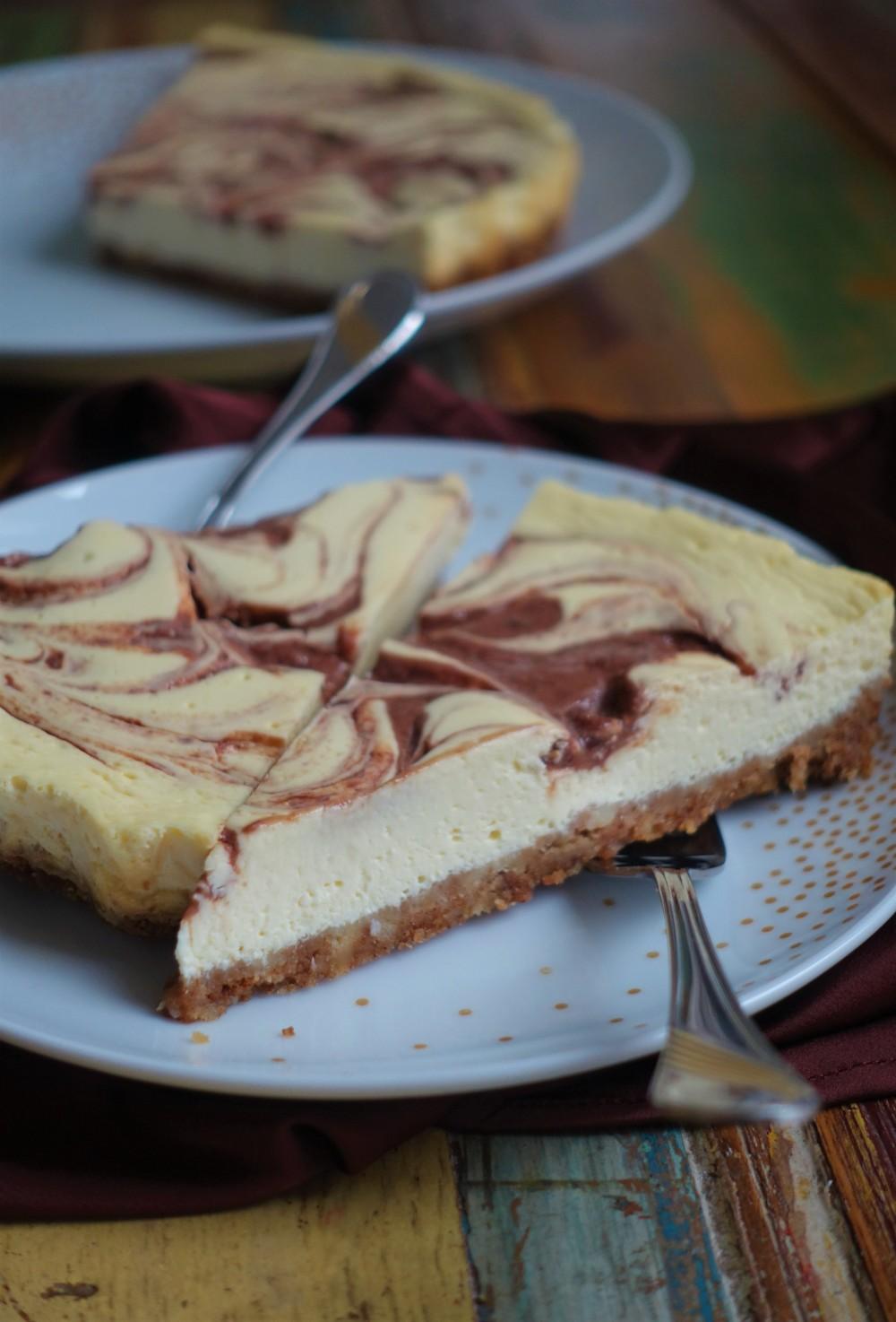 Cheesecake, Cheesecake-Tarte, Austrian Style, mit Topfen, Quark, Doppelrahmfrischkäse, Käsekuchen, mit Frucht-Wirbeln, Swirl, Powidl, Pflaumenmus, zimtig, weihnachtlich, Rum, Lebkuchenbrösel, trendy, Cheesecake Swirl
