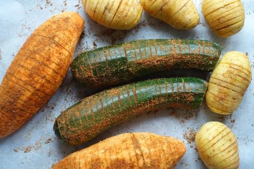 Hasselback, Gemüse im Ziehharmonika-Look, Fächerkartoffeln, Gemüse aus dem Ofen, fächerartig eingeschnitten, Kartoffeln, Zucchini, Süßkartoffeln, Bataten