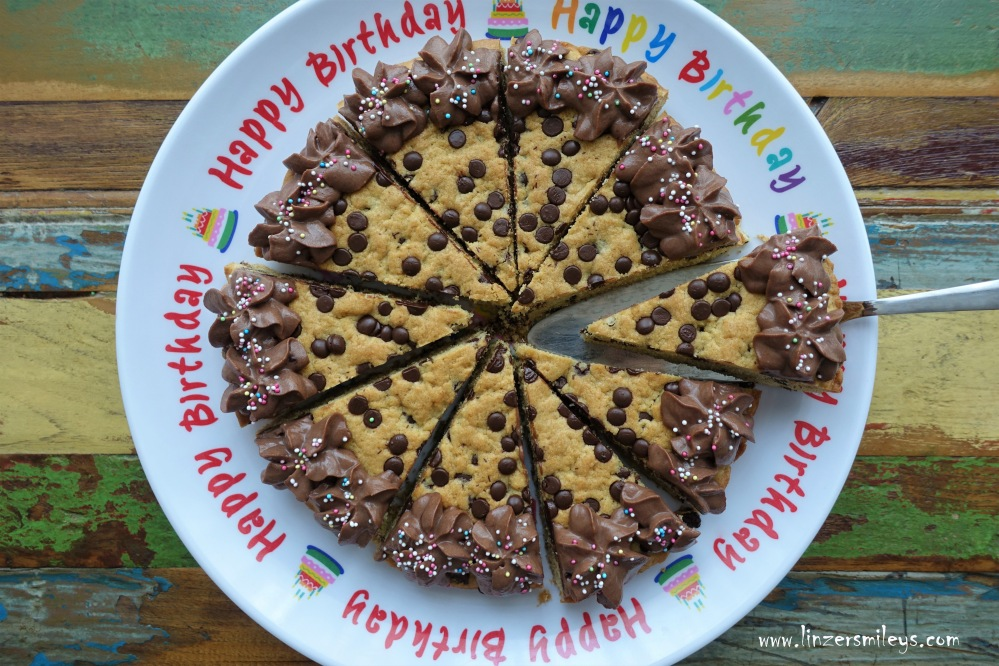 #linzersmileys Cookie Cake mit Chocolate Chips zum Bloggeburtstag, Trendtorte, Backtrend aus Amerika, Riesenkeks-Kuchen, Schokoholics, Schokotropfen, amerikanisch backen, Cremerosetten, Cookie Dough, Cookie-Torte, Chocolate Chip Cookie Cake, zuckerreduziert