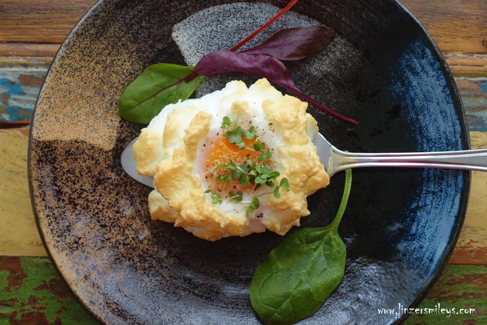 Egg Clouds, Cloud Eggs, Wolkeneier, Eierwolken, Spiegeleier mal anders, fluffig, Frühstückseier aus dem Backofen, sunny side up eggs